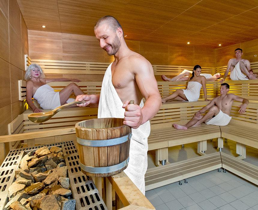 Gäste genießen Aufguss in der Sauna der Paracelsus-Therme in der Nähe von Stuttgart, Ludwigsburg, Pforzheim & Böblingen