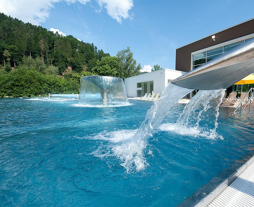 Außenbereich mit Wasserfall der Paracelsus-Therme in der Nähe von Stuttgart, Ludwigsburg, Pforzheim & Böblingen