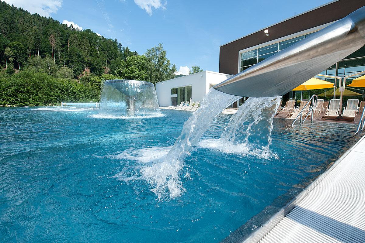 Außenbecken mir Wasserfall der Paracelsus-Therme in der Nähe von Stuttgart, Ludwigsburg, Pforzheim & Böblingen