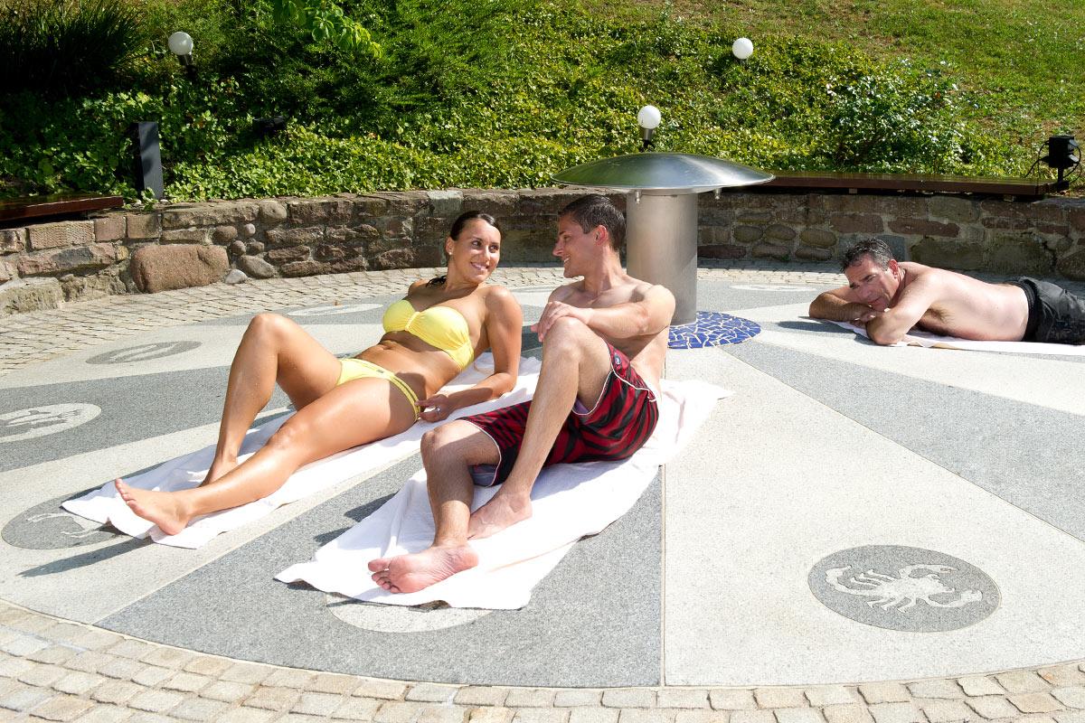Gäste liegen in der Sonne im Außenbereich der Paracelsus-Therme in der Nähe von Stuttgart, Ludwigsburg, Pforzheim & Böblingen