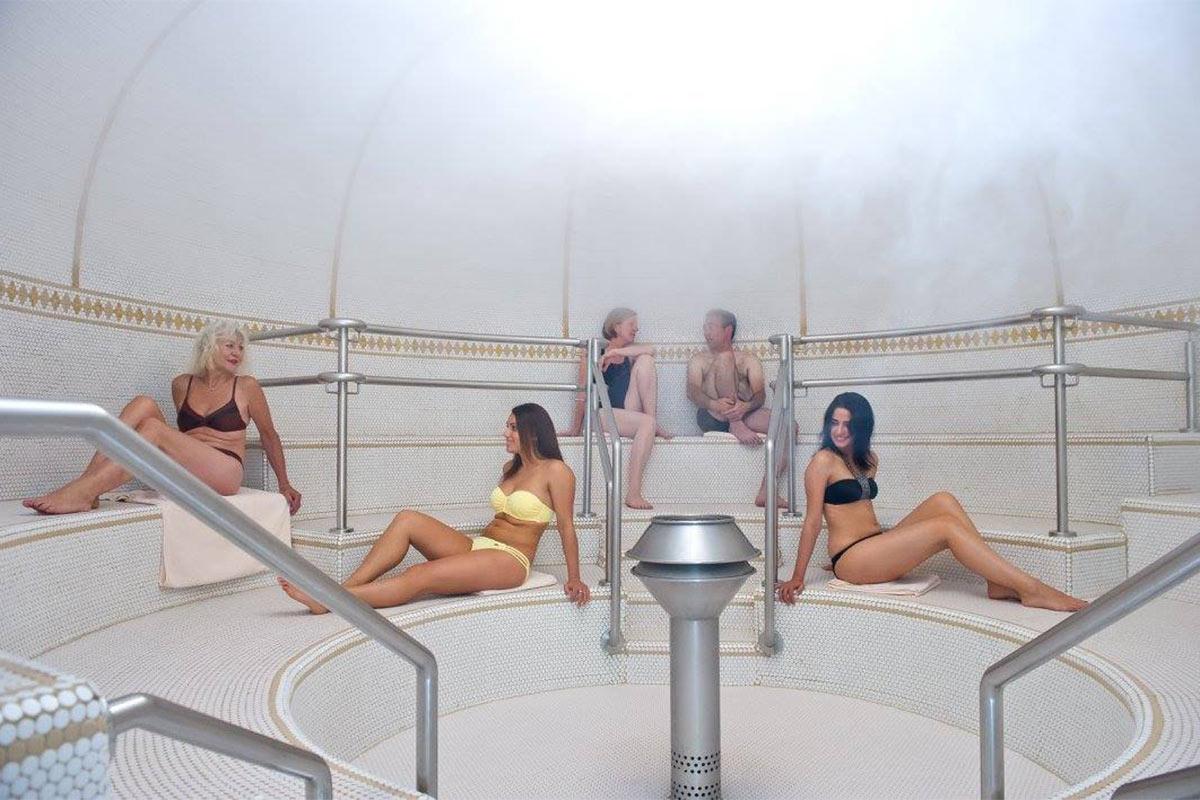 Gäste in der Sauna der Paracelsus-Therme in der Nähe von Stuttgart, Ludwigsburg, Pforzheim & Böblingen