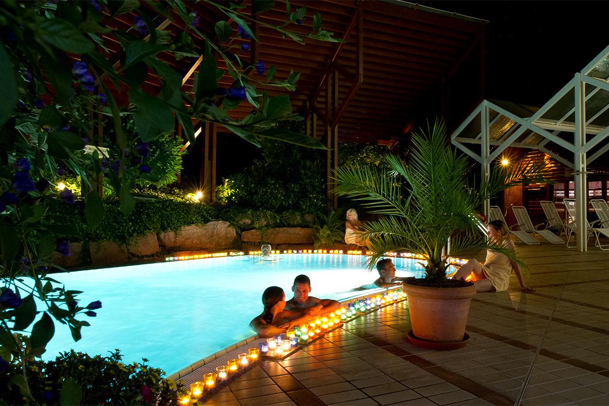 Mit Kerzen beleuchtetes Becken im Saunabereich der Paracelsus-Therme in der Nähe von Stuttgart, Ludwigsburg, Pforzheim & Böblingen bei Nacht