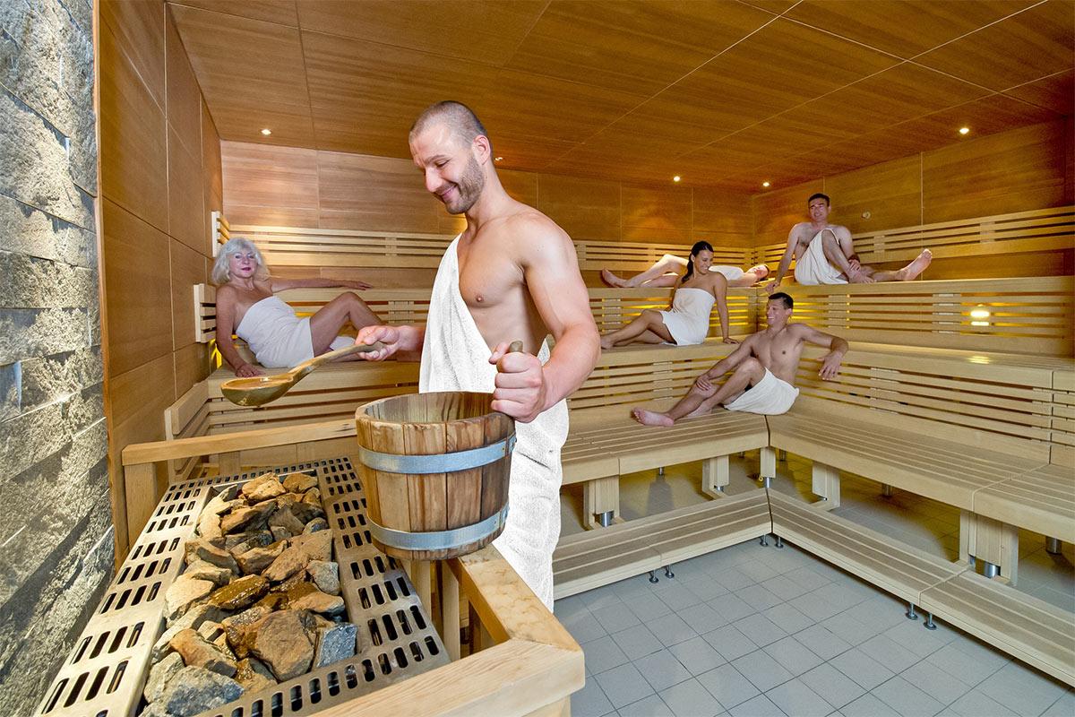 Mitarbeiter der Paracelsus-Therme in der Nähe von Stuttgart, Ludwigsburg, Pforzheim & Böblingen führt einen Aufguss in der Sauna durch