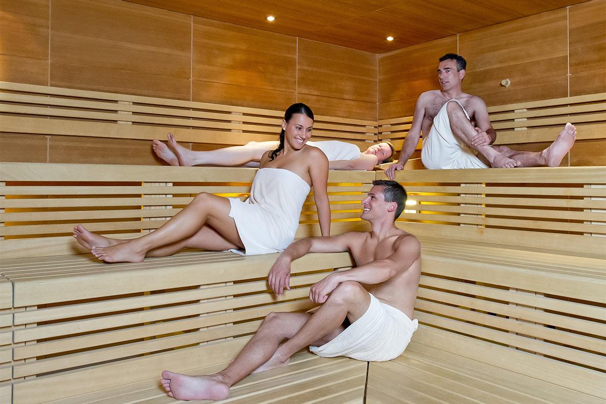 Gäse reden und entspannen in der Sauna der Paracelsus-Therme in der Nähe von Stuttgart, Ludwigsburg, Pforzheim & Böblingen