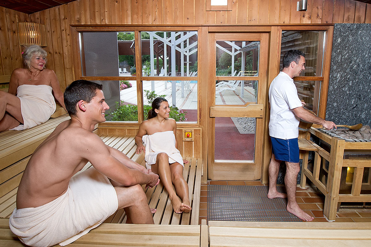 Gäste in der Sauna der Paracelsus-Therme in der Nähe von Stuttgart, Ludwigsburg, Pforzheim & Böblingen mit Blick auf den Schwarzwald