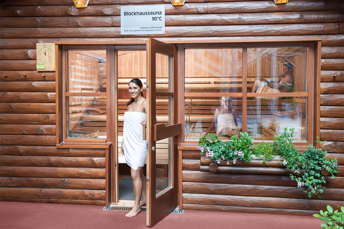 Frau verläasst gerade Blockhaussauna der Paracelsus-Therme in der Nähe von Stuttgart, Ludwigsburg, Pforzheim & Böblingen