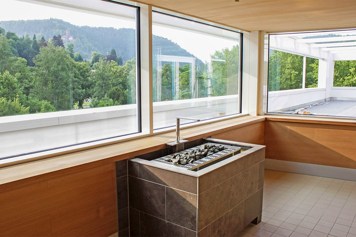 Sauna der Paracelsus-Therme in der Nähe von Stuttgart, Ludwigsburg, Pforzheim & Böblingen mit großen Fenstern und Blick auf den Schwarzwald