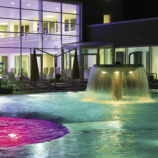 Therme mit Nachtbeleuchtung