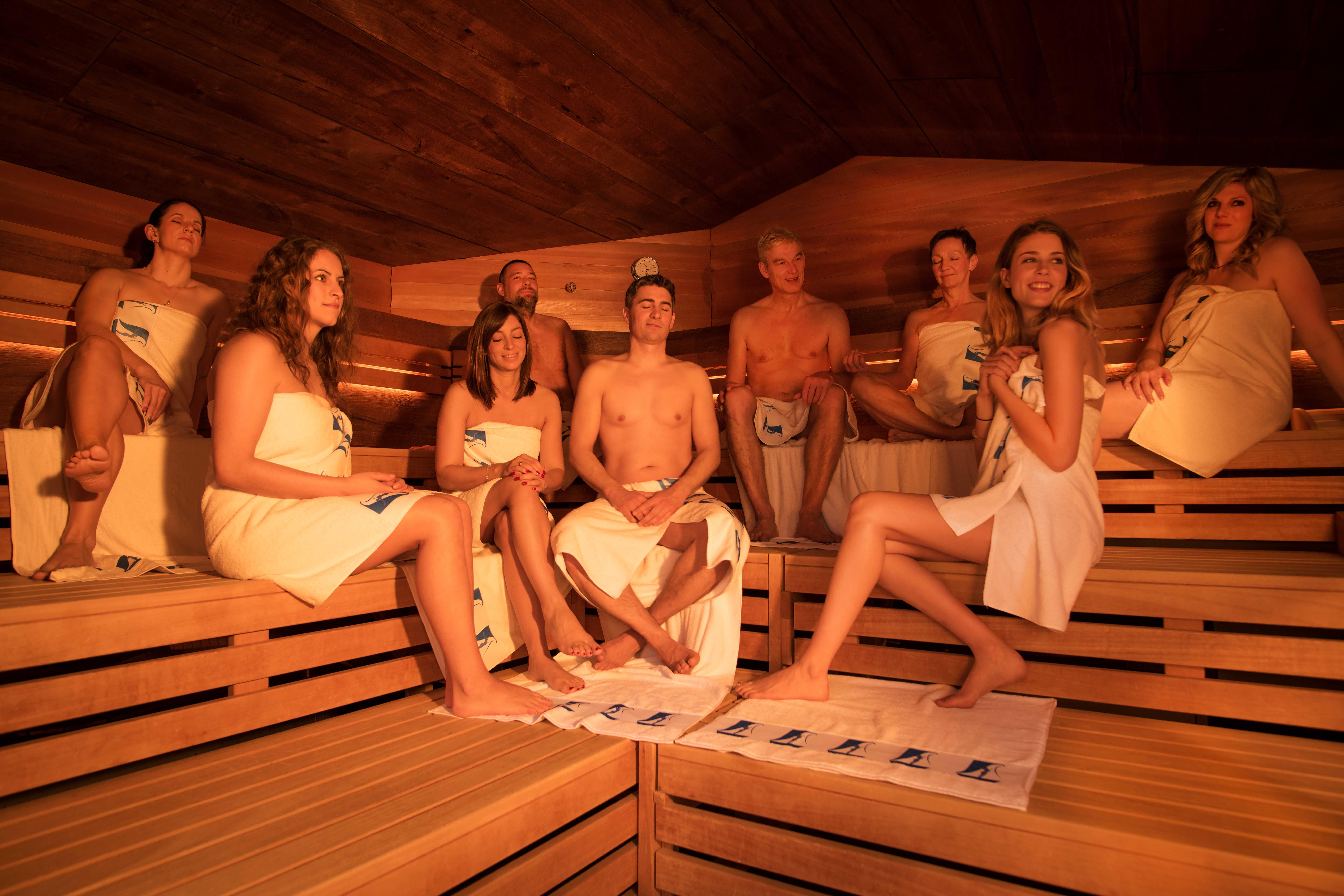 Gäste entspannen in der Sauna-Pinea der Paracelsus-Therme in der Nähe von Stuttgart, Ludwigsburg, Pforzheim & Böblingen