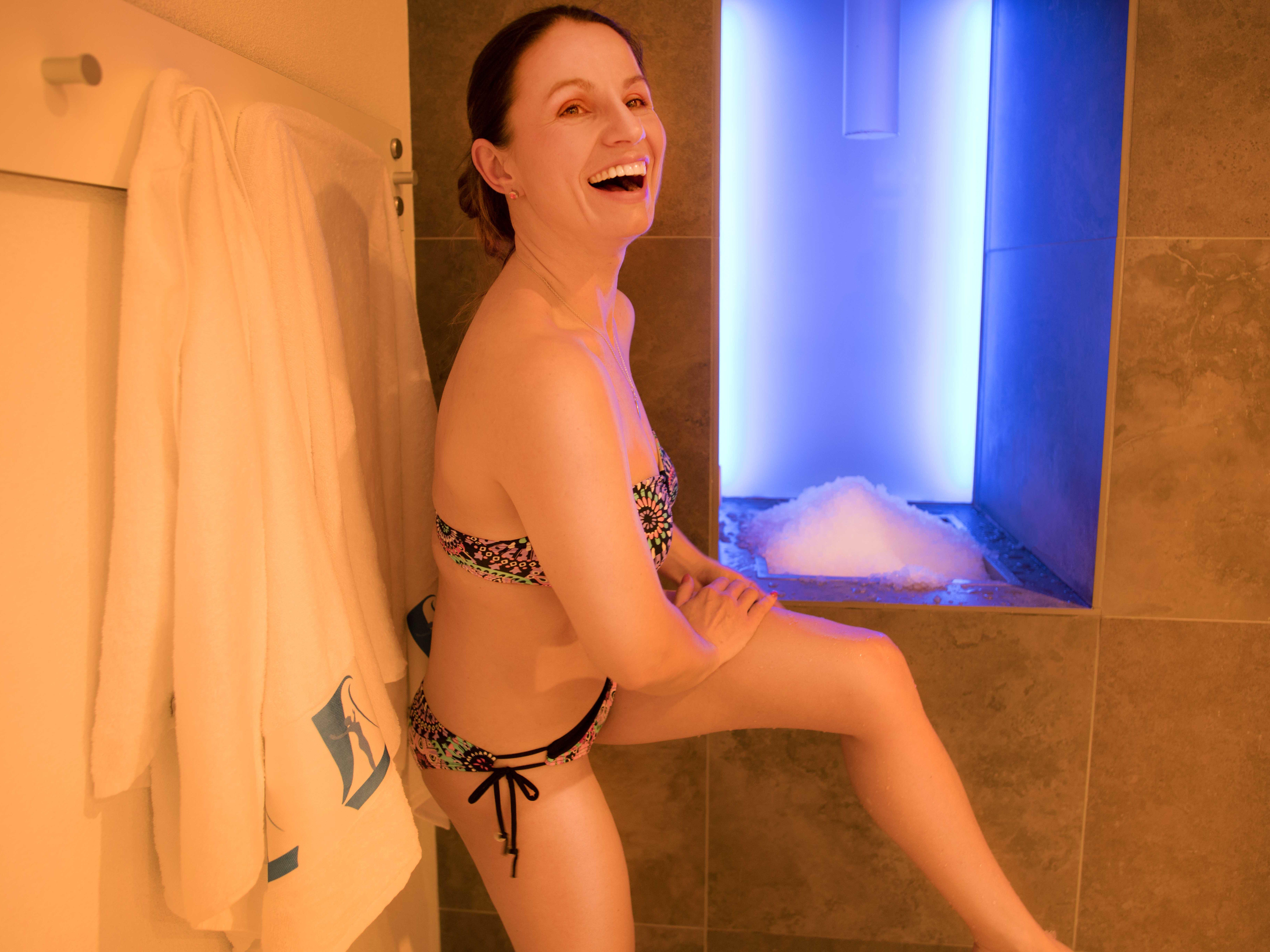 Frau reibt sich mit Salz in der Sauna der Paracelsus-Therme in der Nähe von Stuttgart, Ludwigsburg, Pforzheim & Böblingen ein