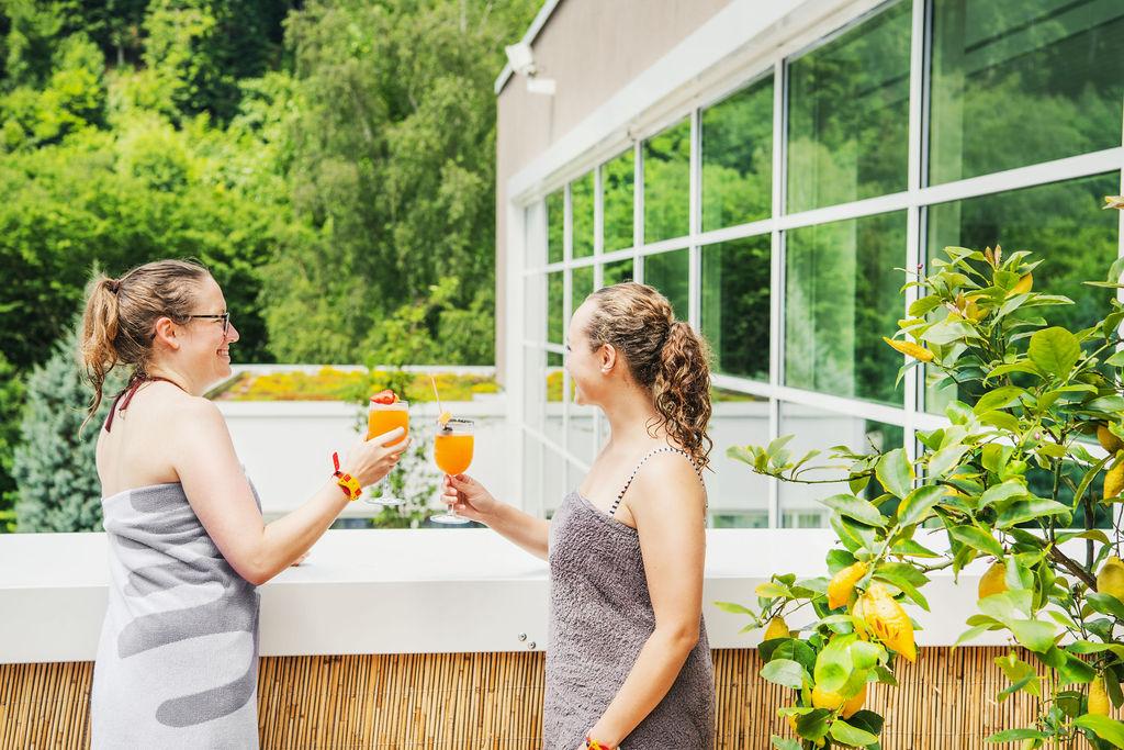 Frauen stoßen mit Cocktails an