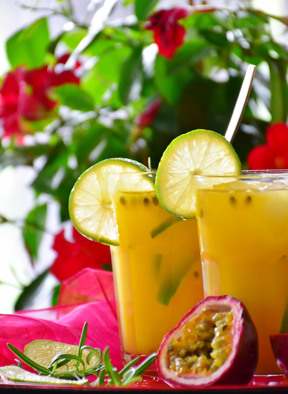 Cocktails und Maracuja Früchte